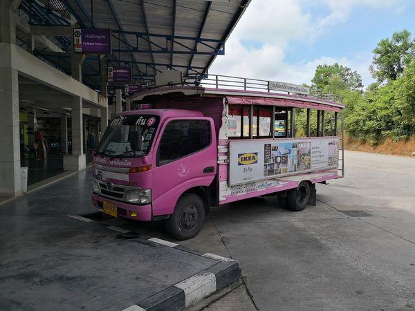 プーケットのピンク色バス