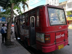 トンロー赤バス